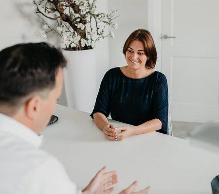 psychologe coached een man aan tafel